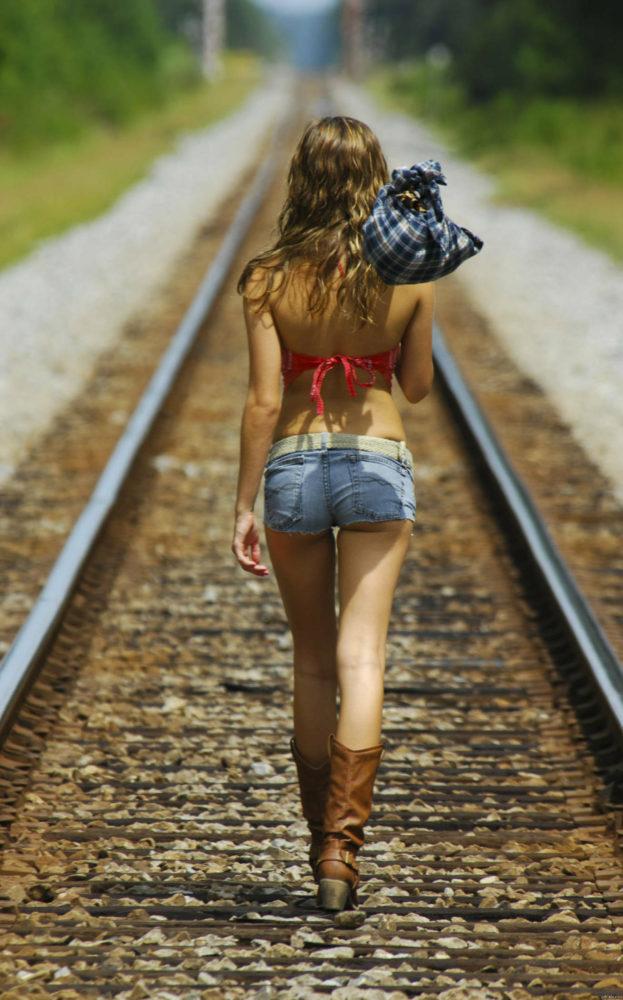 Снимает джинсовые шортики 13 фотография