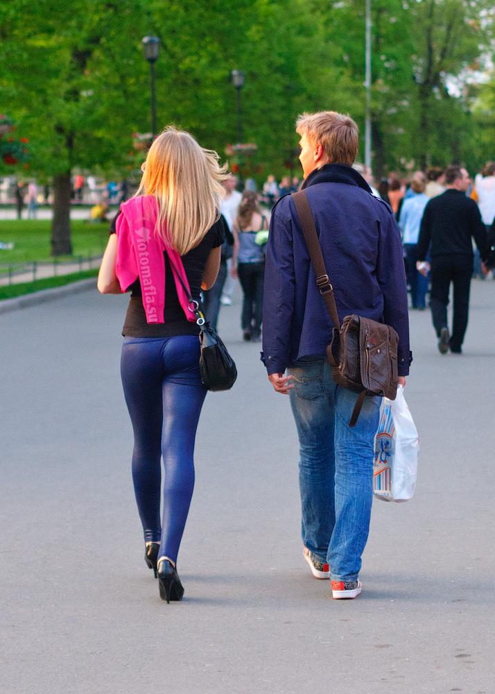 вид сзади девушек на улице - 13